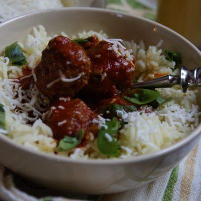 Pulpety w sosie pomidorowym z pesto