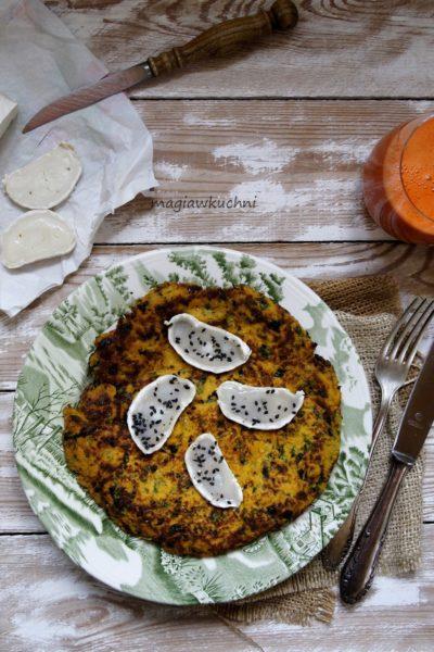 Omlet marchewkowy z kozim serem