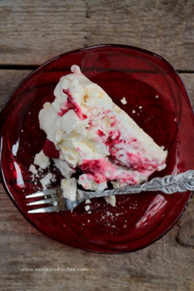 Tort bezowy z malinami
