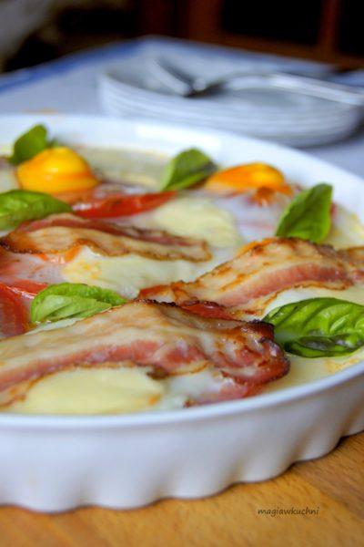 Pieczone pomidory z jajkiem i mozzarellą